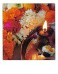 AQUAPURELLA Opfergaben in einem Tempel, Indien / Kerze + Blumen - Bon Voyage Postkarte + Umschlag