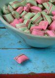VENCEREMOS Pinke + grüne Bonbons Postkarte